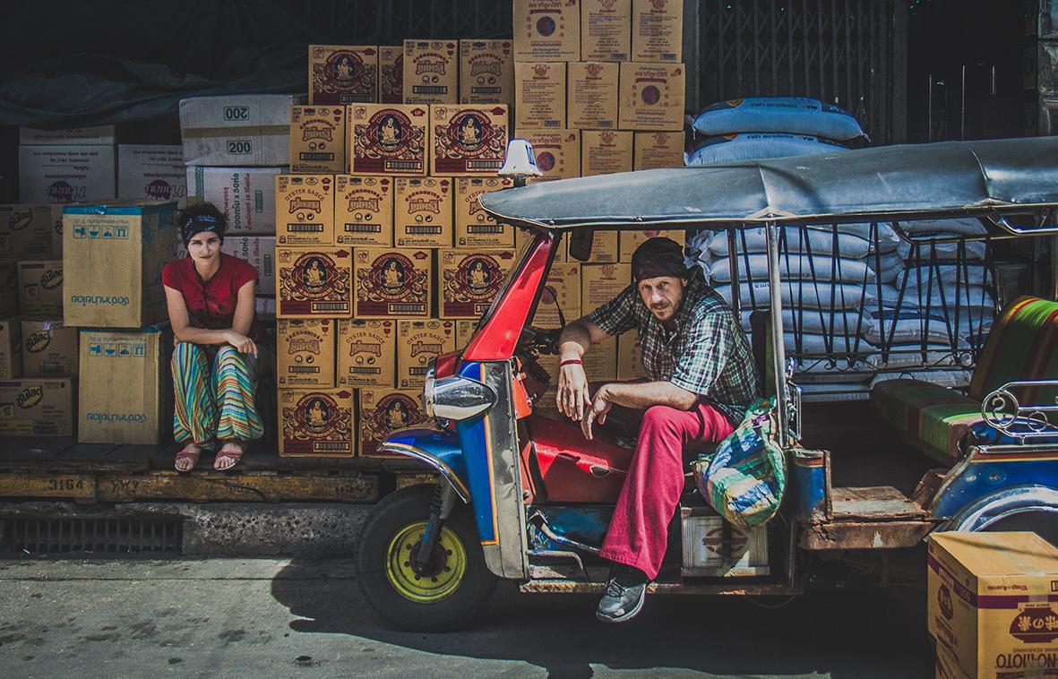Viajeros en tuk tuk en Tailandia