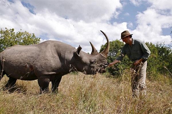 Fernando Sitges con un rinoceronte